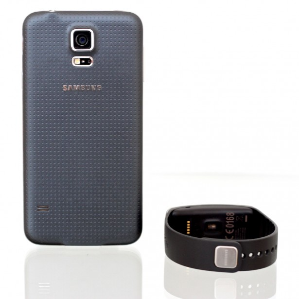 Samsung Galaxy S5 mit Gear Fit.
