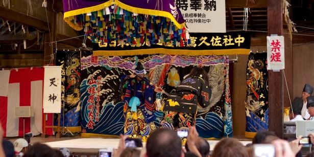 Dort war ab 19 Uhr Iwami Kagura zu sehen – traditionelle Tänze bzw. Darstellungen zu Flöten und Trommelklängen.