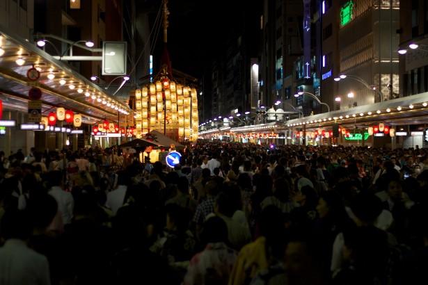 Das Stadtzentrum war vollbepackt mit Menschen, die sich um die Marktstände tummelten.