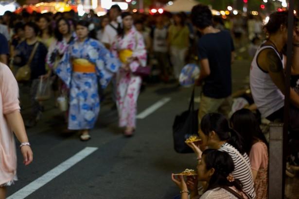 Beim Yoiyama im Stadtzentrum.