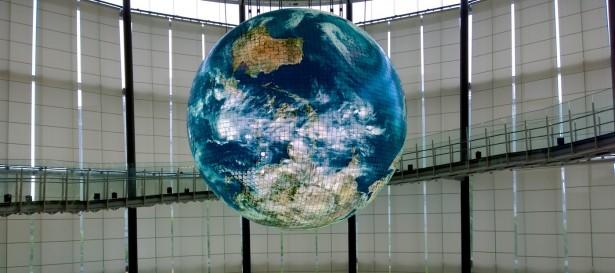Die große Bildschirm-Weltkugel im Miraikan.