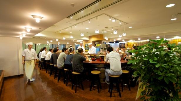 Erstmal Running Sushi im Numazukou. Das schmeckt hier übrigens um so viel besser als bei uns daheim. Abgerechnet wird hier nach Tellern, die je nach Farbe unterschiedlich viel kosten.