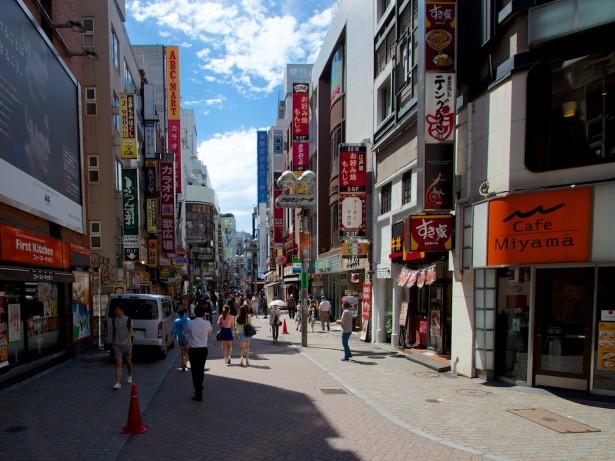 Angesagte Geschäfte. Shibuya ist bekannt dafür, das Modezentrum Tokyos zu sein.