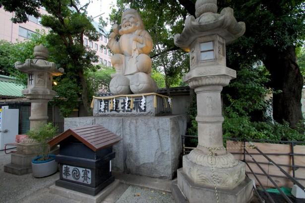 Eine Statue beim Schrein.