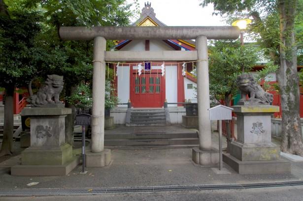 Rund um den Schrein gab es zahlreiche kleine Häuschen mit Torii.