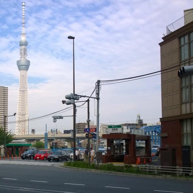 Auf dem Weg zum Ikegami Honmon Schrein. Im Hintergrund sieht man den Tokyo Skytree – das zweithöchste Bauwerk der Erde.